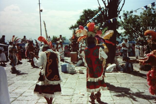 民族衣装で踊る
