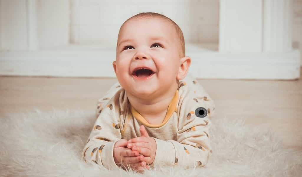 Un vêtement intelligent permet de suivre les bébés à risque