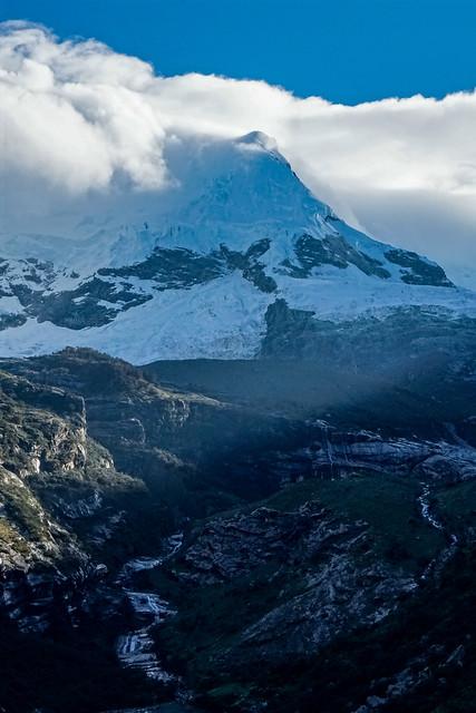Hualcán 6104 m, arista oeste, y Quebrada Hualcán, desde Shonquilpampa.