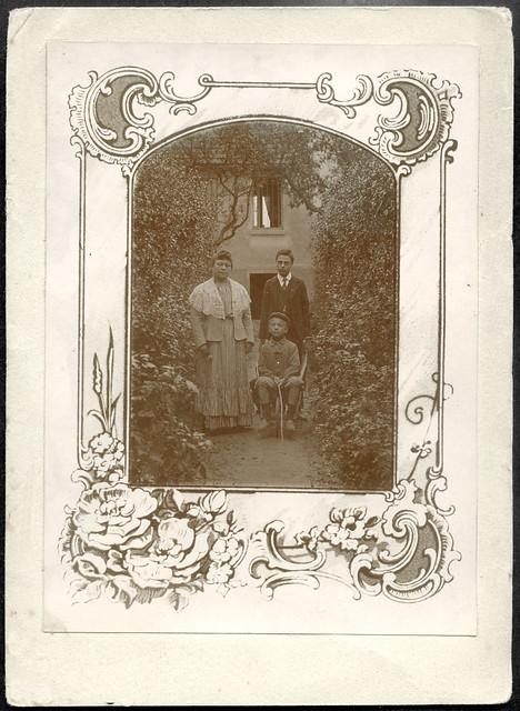 Archiv U949 Mutter mit Söhnen, 1920er