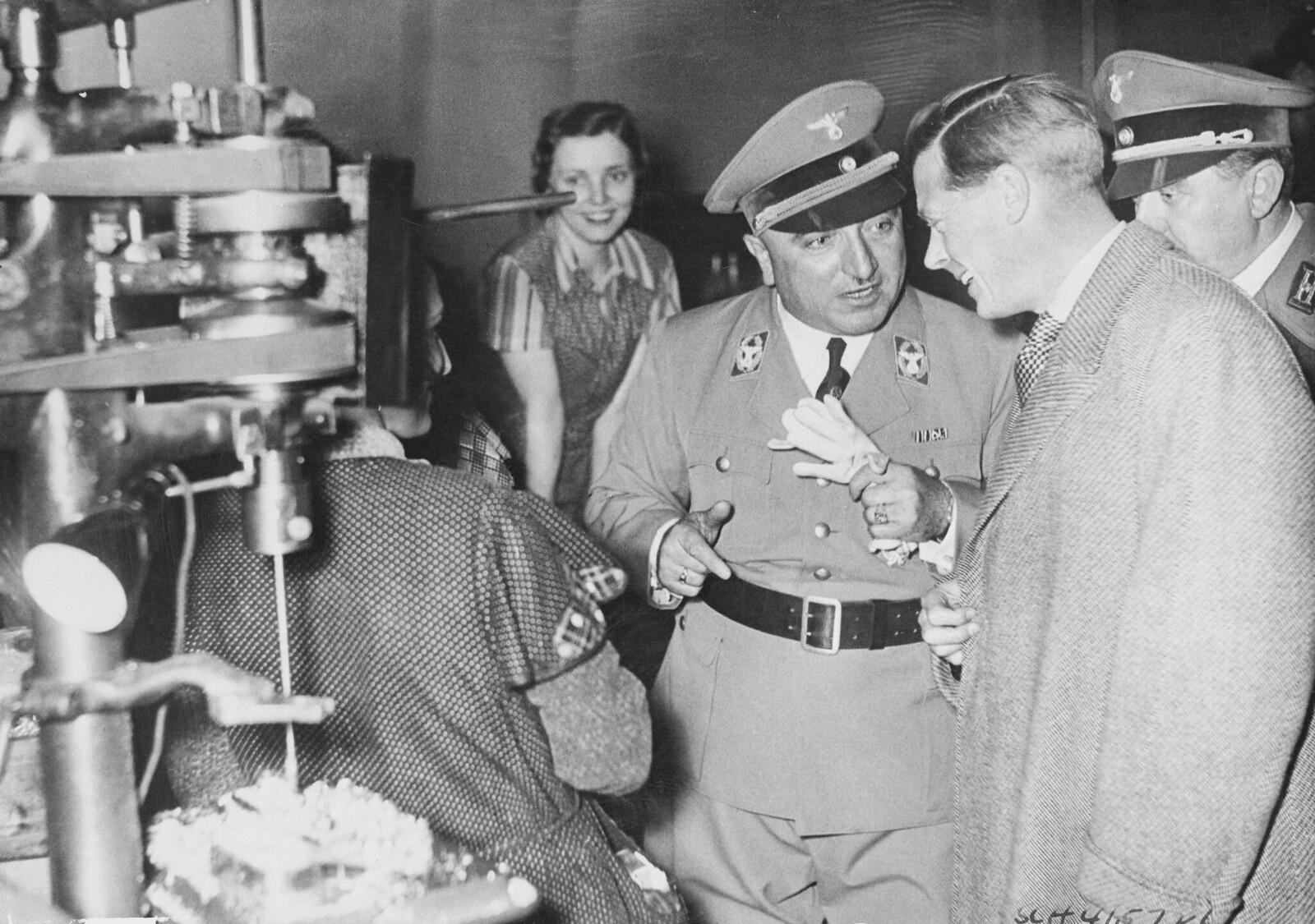 18 октября. Берлин. Герцог Виндзорский посетил фабрику в Берлине. Герцог болтал и шутил с ними, задавал вопросы об их работе,