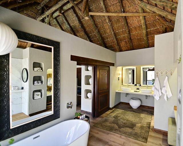 Baño de nuestro hotel safari por África