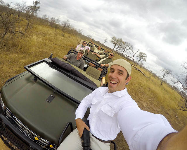 De safari por África subido encima del 4x4