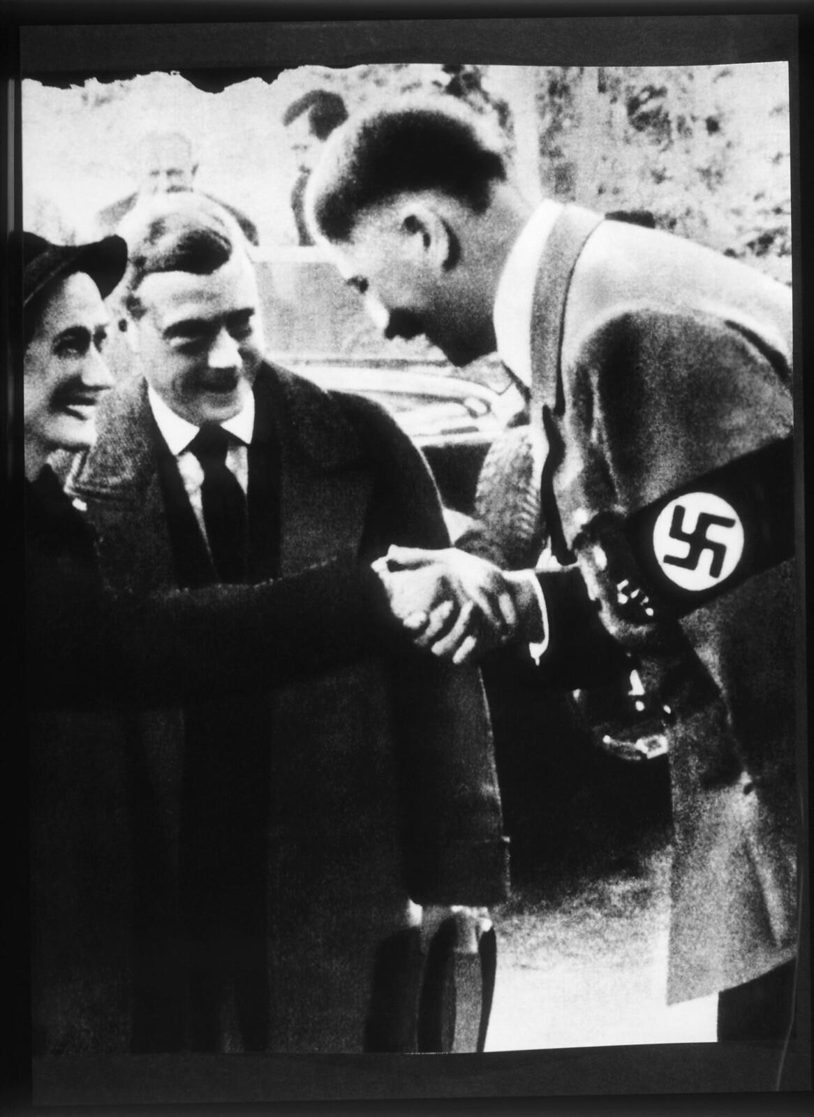 Адольф Гитлер приветствует герцога и герцогиню Виндзорских
