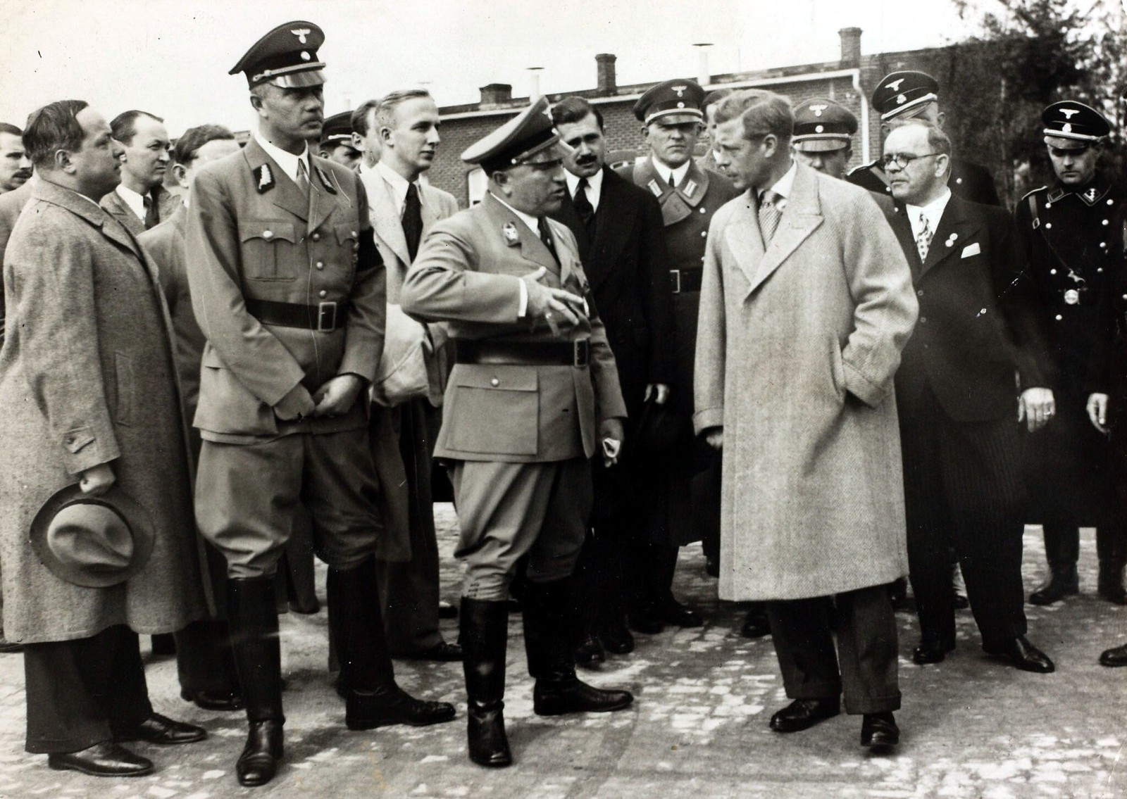 18 октября. Герцог Виндзорский с руководителем Германского трудового фронта доктором Робертом Леем.