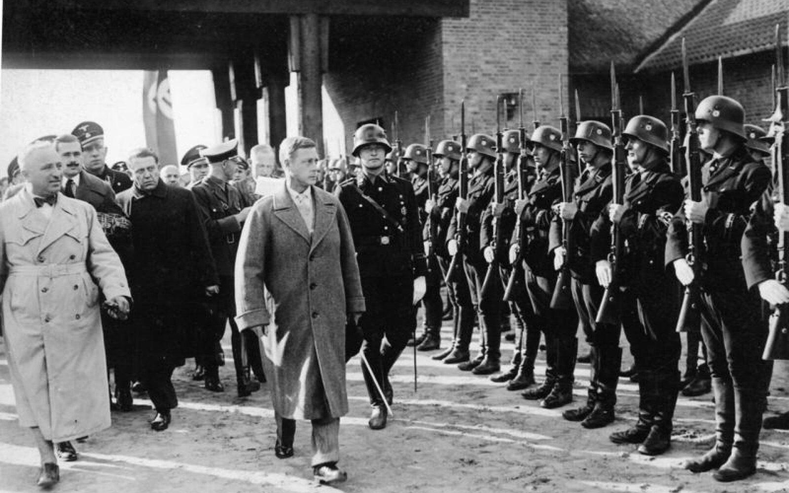 13 октября. Герцог Виндзорский осматривает войска СС в Орденсбурге, Крессинзее