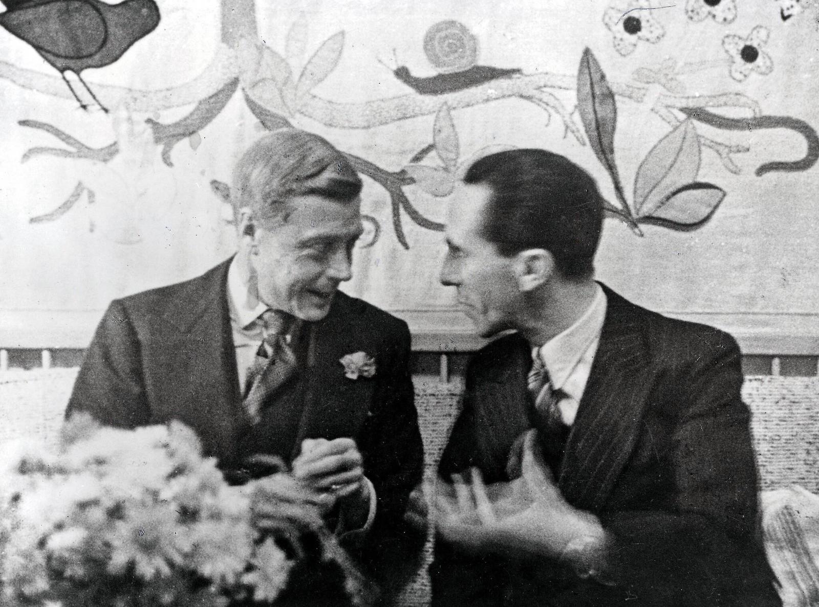 12 октября. Герцог Виндзорский слушает д-ра Йозефа Геббельса, министра пропаганды на вечеринке, устроенной в честь герцога и герцогини Робертом Леем, руководителем Германского трудового фронта.