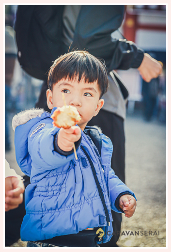 boy eating a piece of fried chicken, family photo shooting in Nagoya, Japan