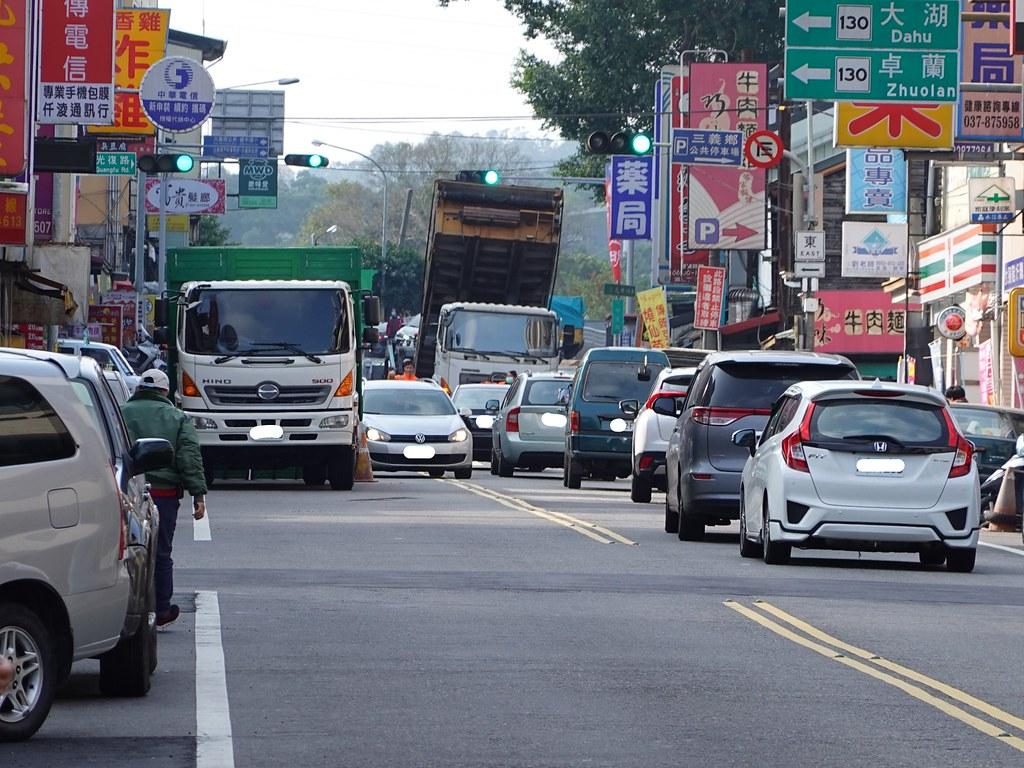 20200114台13線三義路段有許多大客車。孫文臨攝