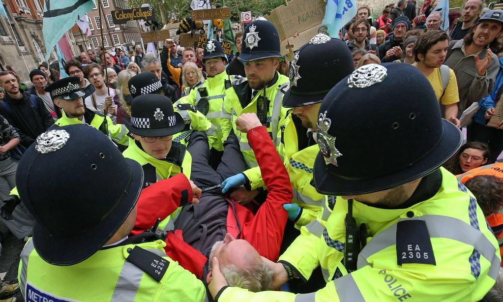英國警方逮捕於倫敦抗議的反抗滅絕成員。(圖片來源:Jonathan Brady/PA)