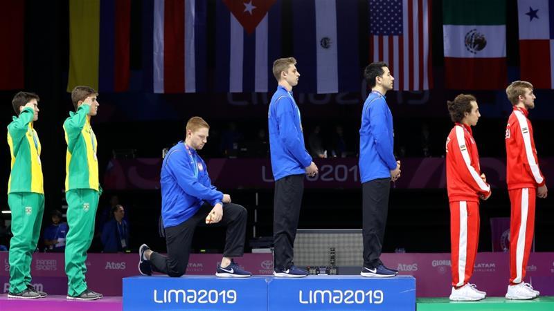 美國擊劍金牌選手伊姆博登於凸台單膝下跪抗議。(圖片來源:Leonardo Fernandez/Getty Images)