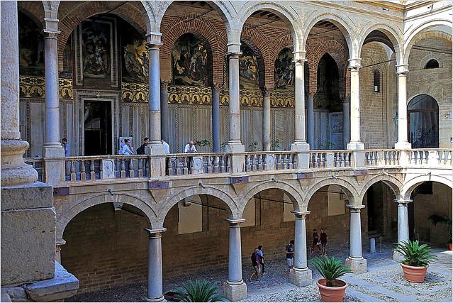 Murs extérieurs de la Chapelle Palatine du prmeier étage de la Cour Maqueda, Palais des Normands, Palerme, Sicile, Italie