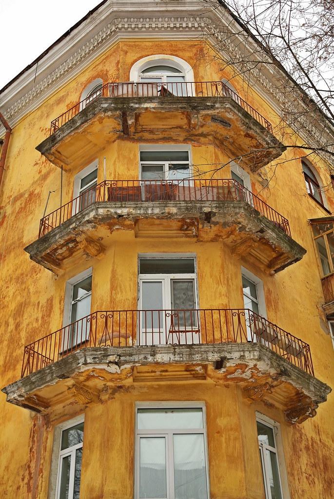Угол дома Три балкона