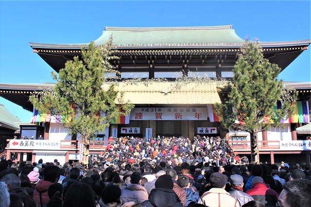 成田山新勝寺の初詣時期の混雑の様子「大本堂」