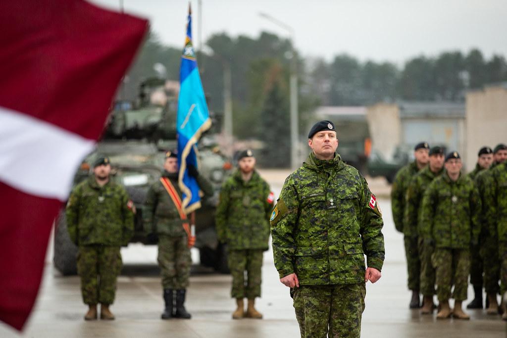 NATO ģenerālsekretārs J.Stoltenbergs un Latvijas valsts prezidents R.Vējonis apmeklē ceremoniju