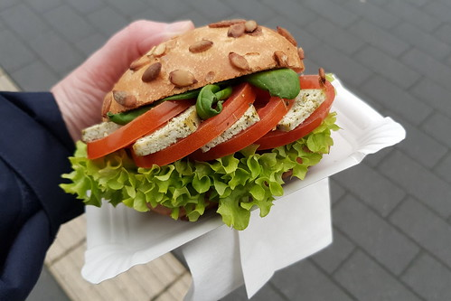 Mit Basilikum-Tofu und Tomaten belegtes Kürbiskernbrötchen von der Café Lounge Westerberg des Studentenwerks Osnabrück