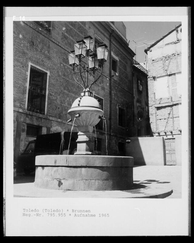 Fuente en la Plaza Mayor de Toledo en 1965 fotografiado por Lala Aufsberg © Bildarchiv Foto Marburg - Foto: Aufsberg, Lala - Rechte vorbehalten
