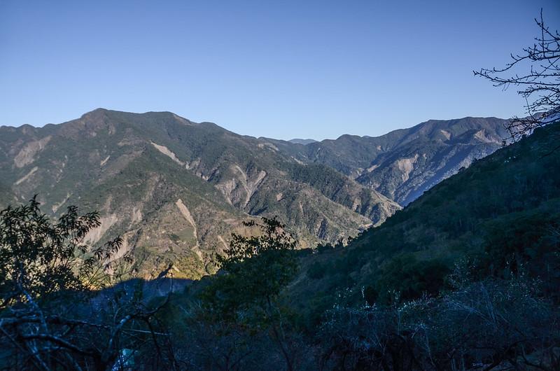 鐵本山產道西北眺群山(H 1582 m)  (2)