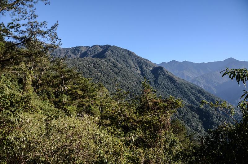 鐵本山步道(H 1725 m)東南望關山、鐵本山、小關山