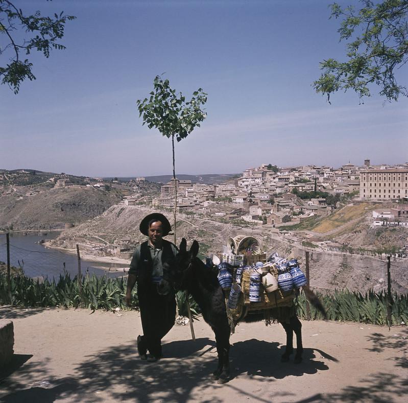 El señor Cardeña con su burro y su cerámica en Toledo en 1965 fotografiado por Lala Aufsberg © Bildarchiv Foto Marburg - Foto: Aufsberg, Lala - Rechte vorbehalten
