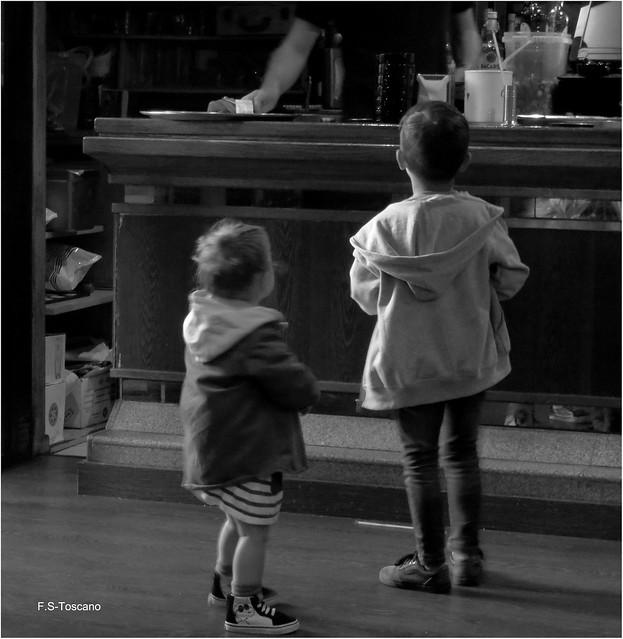 Nenos. Children.
