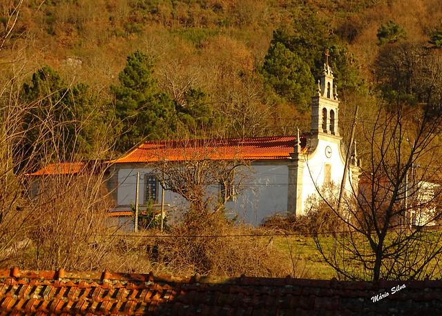 Águas Frias (Chaves) - ... o branco da igreja matriz destacando-se por entre o castanho do arvoredo ...