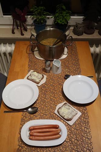 Linseneintopf mit Würstchen (Tischbild)