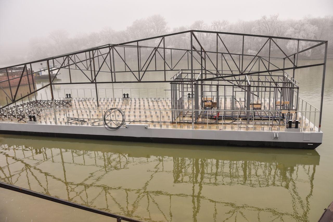 Vízre tették Szeged legújabb színpadát