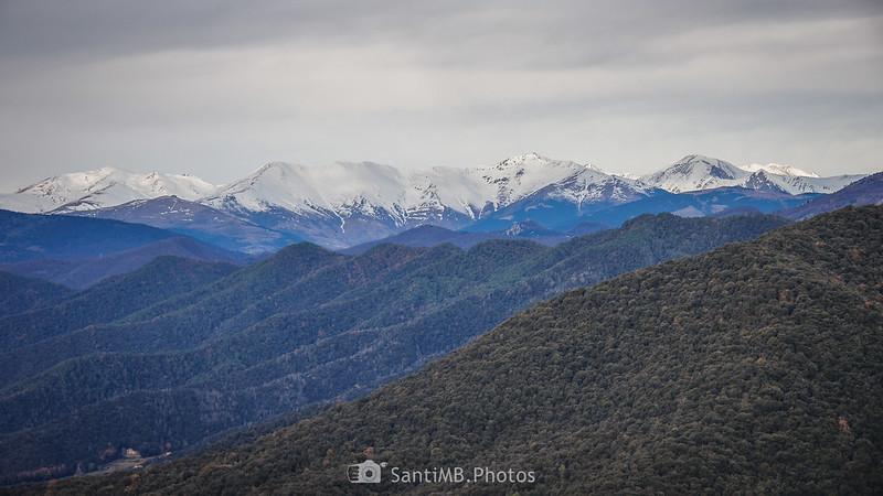 El Balandrau, la Serra del Catllar y el Pic de Bastiments desde el volcán de Aiguanegra