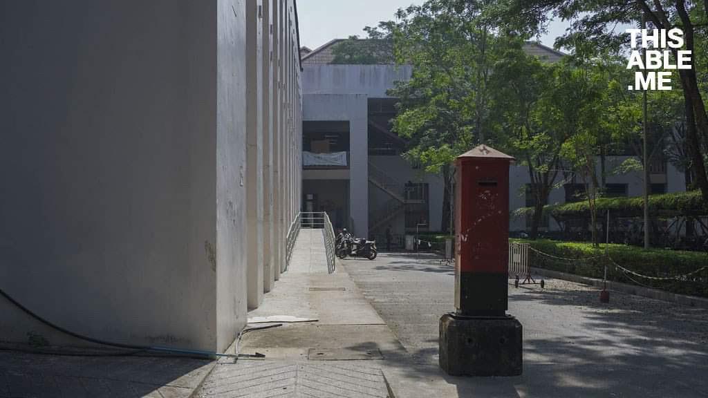 ทางลาดที่ถูกสร้างขึ้นใหม่ถ่ายจากด้านหน้า ด้านขวามีตู้ตู้ไปรษณีย์
