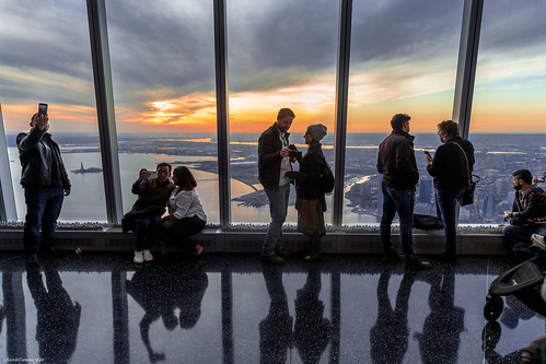 newyork manhattan oneworldtradecenter observatory rascacielos skyscraper atardecer sunset nikon d850 ricardocarmonafdez ricardojcf gente people siluetas silhouettes lights shadows contraluz backlighting