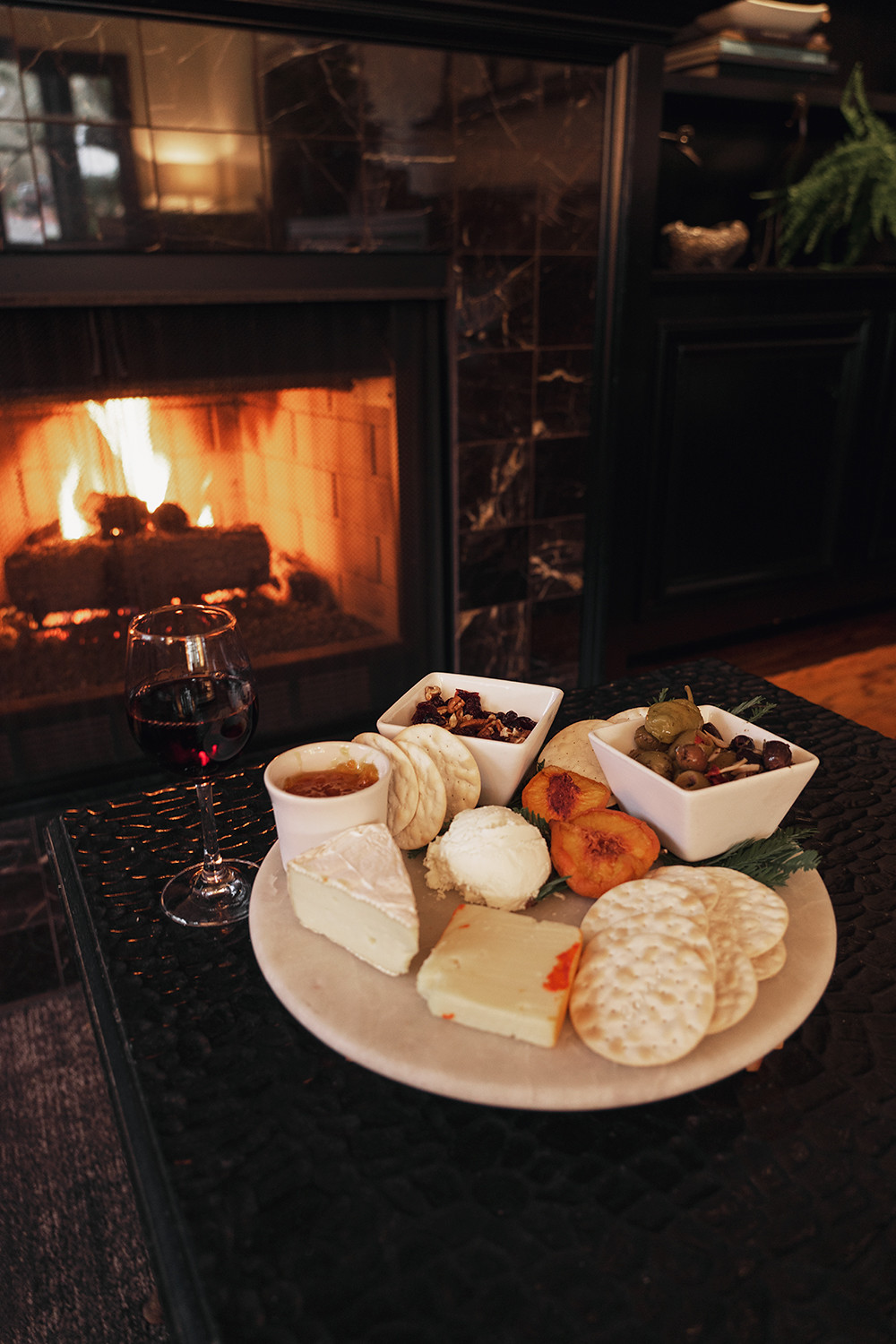 14gaigehouse_ryokan_sonoma_travel_fireplace-cheeseplate