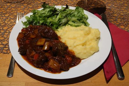 Gulasch mit Kartoffelpüree und Salat