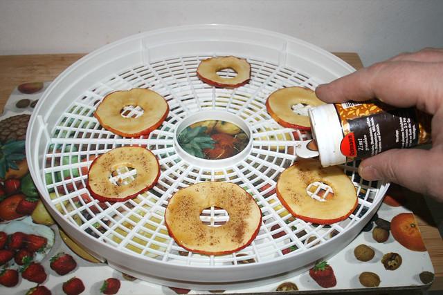07 - Apfelscheiben mit Zimt würzen / Season apple slices with cinnamon