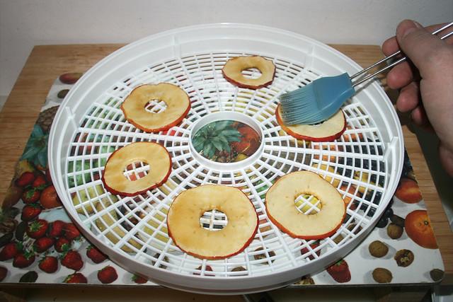 06 - Apfelscheiben mit Ahornsirup bestreichen / Coat apple slices with maple sirup