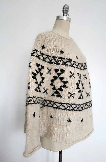 EspaceTricot knit theirs using Istex Alafosslopi and I seriously want to break up one the two remaining Jolaskjol (Christmas Tree skirt) kits just so I can use the white from the kits!