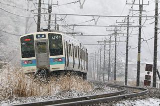 雪の中の211系