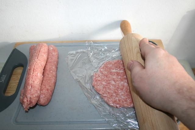 05 - Brät mit Nudelholz plätten / Flatten sausage meat with rolling pin