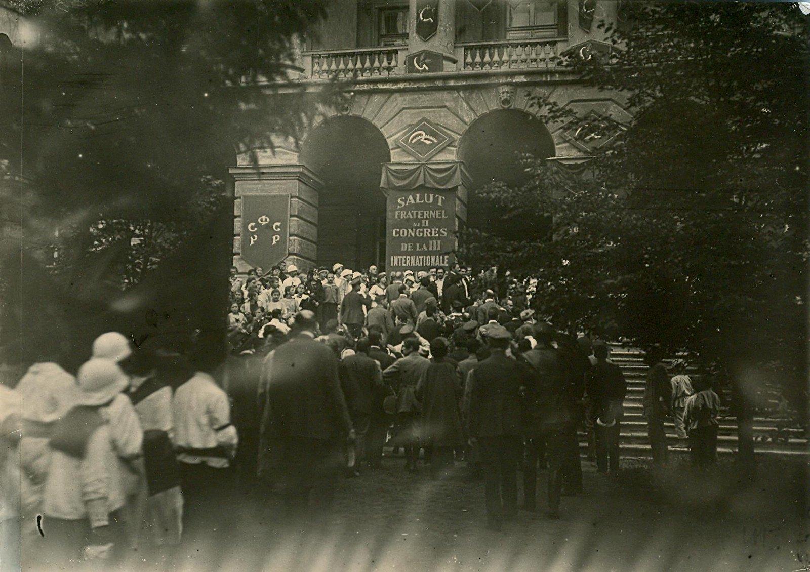 24. 1920. 19 июля.  Приезд делегатов II конгресса Коминтерна в Смольный в день торжественного открытия конгресса