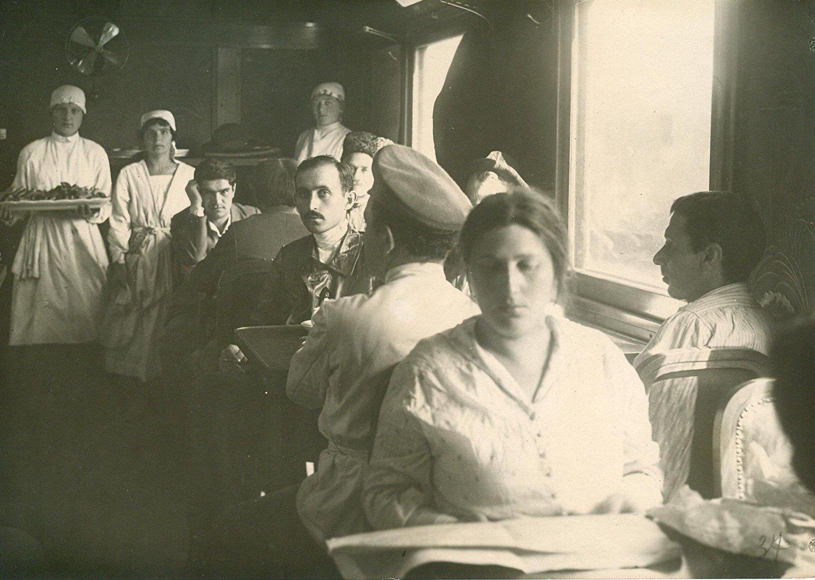 07. 1920. 19 июля. Делегаты II конгресса Коминтерна в вагоне на Николаевском (Московском) вокзале1