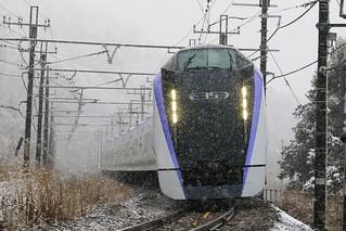 雪降る中のE353系