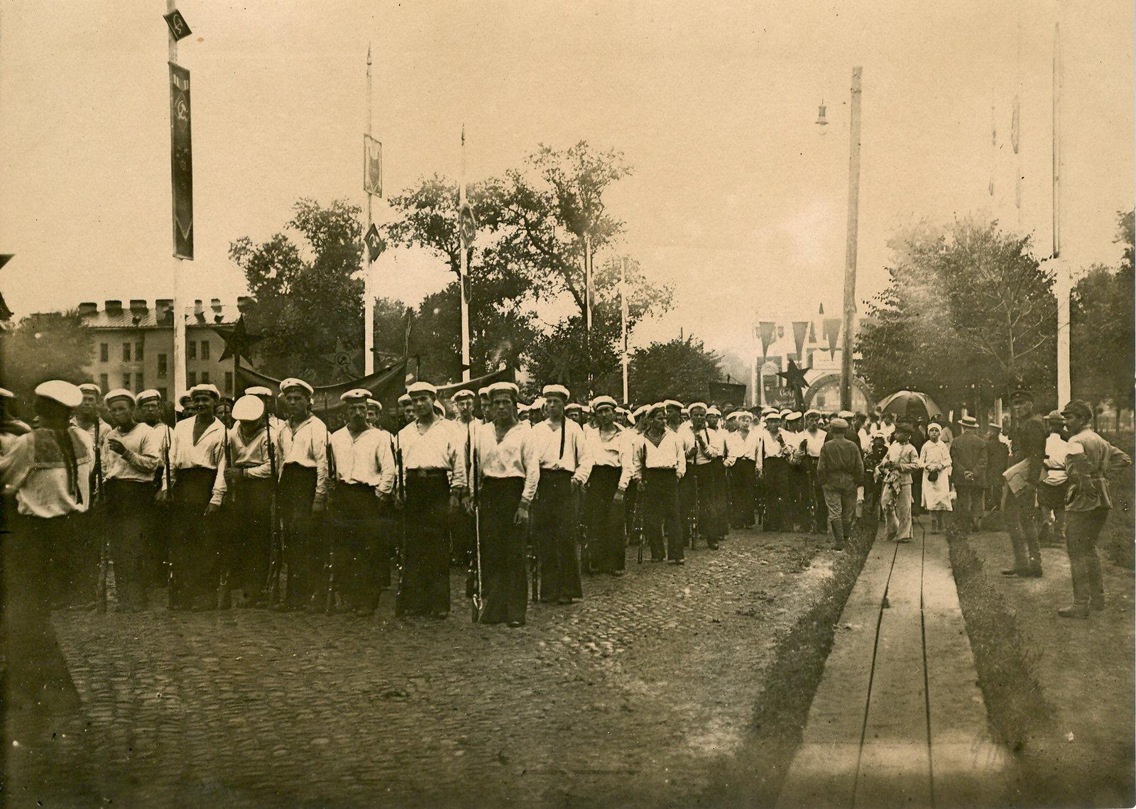 21. 1920. 19 июля.  Почетный караул краснофлотцев на пути в Смольный в день торжественного открытия II конгресса Коминтерна