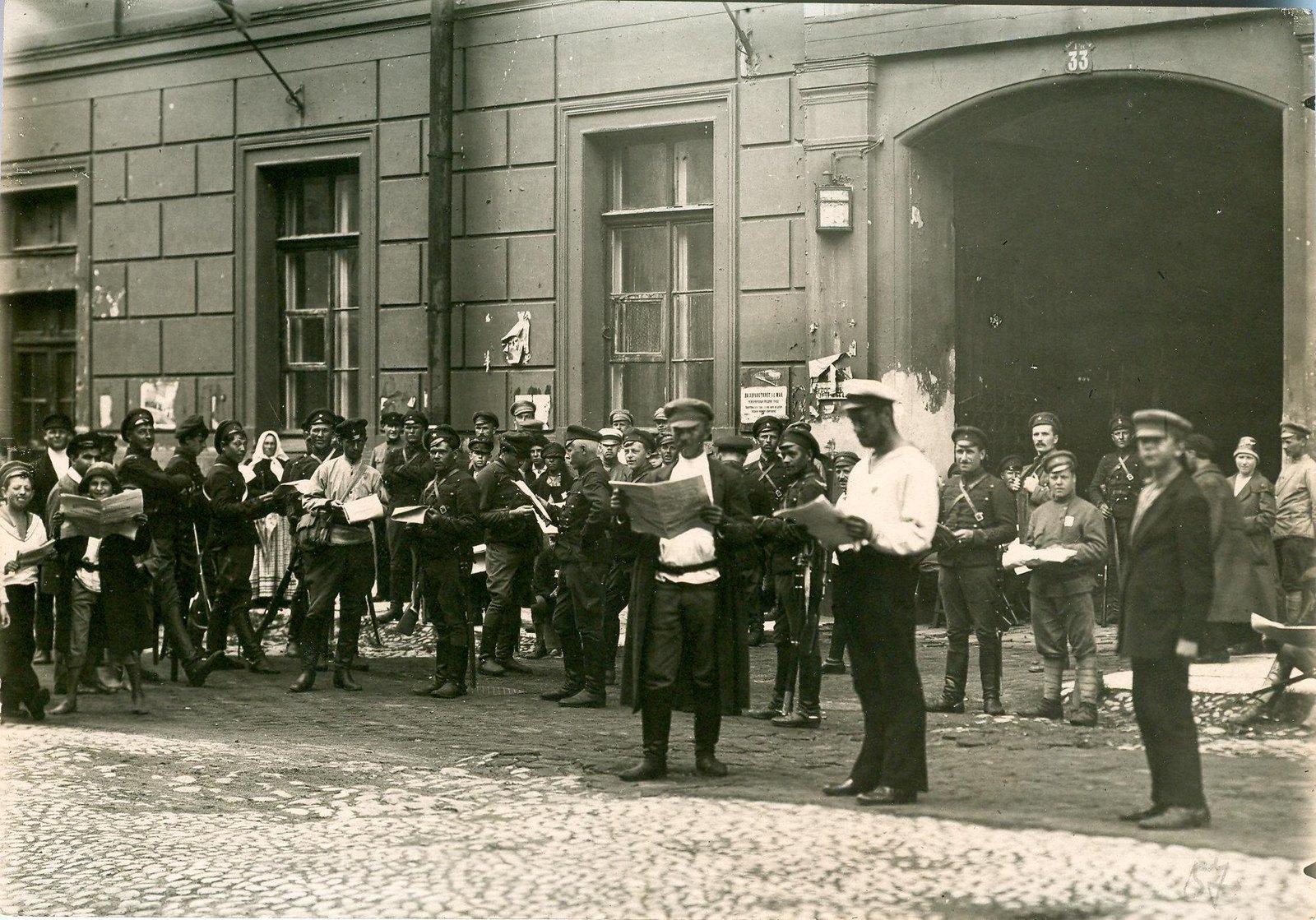 15. 1920. 19 июля.  Чтение розданных газет в день открытия II конгресса Коминтерна на улицах Петрограда