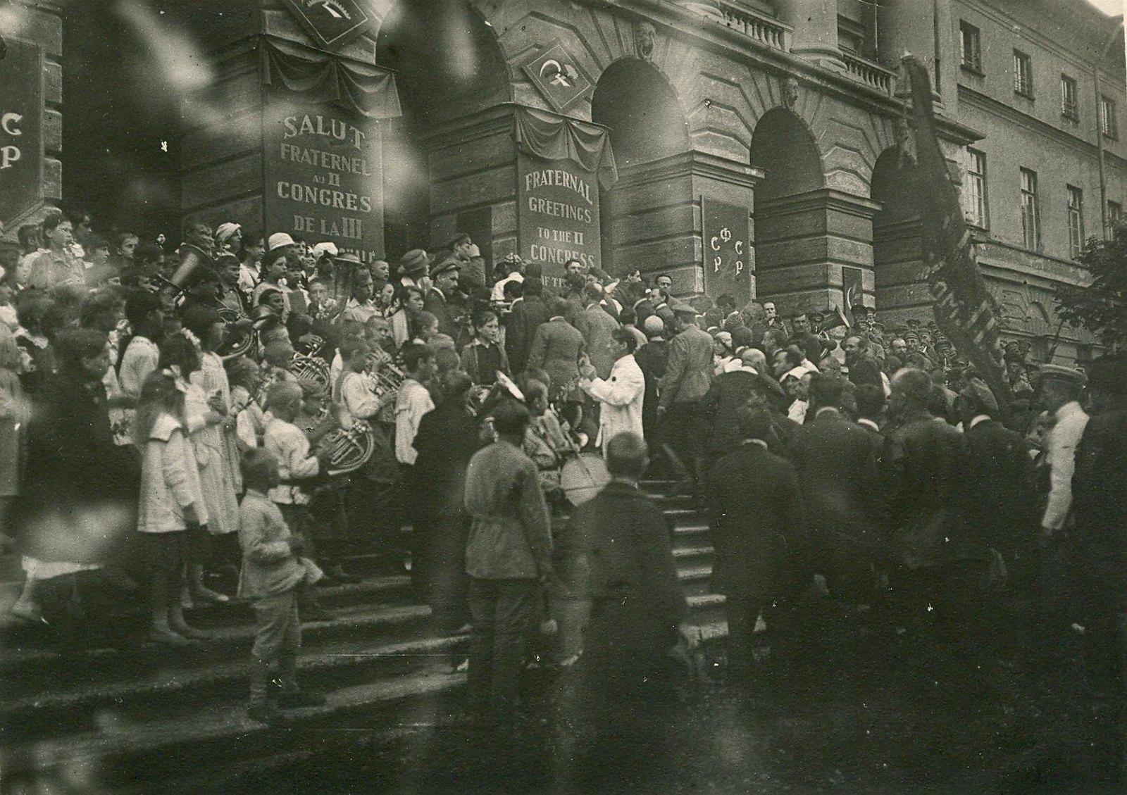 22. 1920. 19 июля.  Приезд делегатов II конгресса Коминтерна в Смольный в день торжественного открытия конгресса