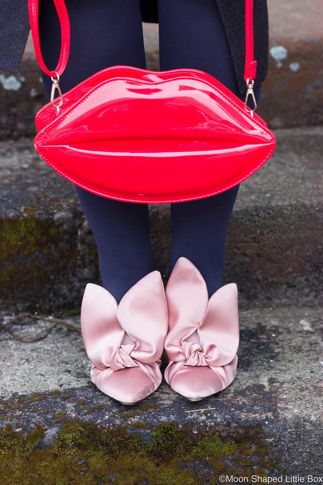Huultenmuotoinen-laukku-ja-Minna-Parikan-kengat-1
