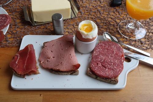 Rauchfleisch, Fleischkäse und Salami auf Majanne-Brot zum Frühstücksei