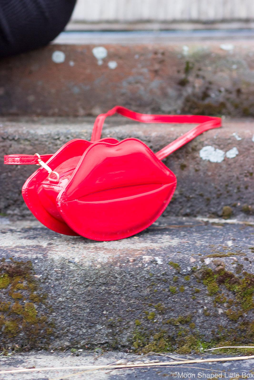 Huultenmuotoinen-laukku-punainen-olkalaukku