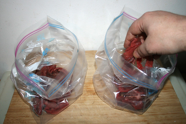 15 - Fleischstreifen in Plastikbeutel aufteilen / Divide stripes in two plastic bags