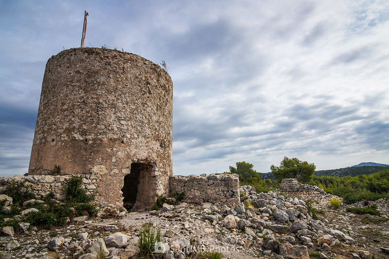 Molí del Rector sobre las ruinas del Castell Vell d'Olivella