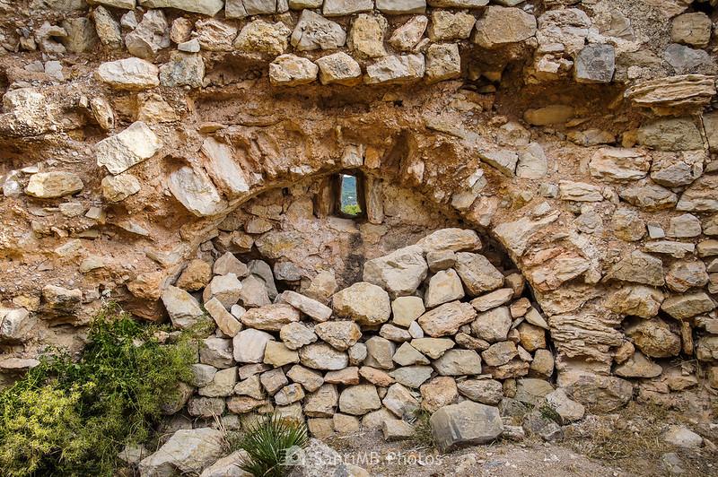Arco y ventana del interior de Sant Pere de Castellvell